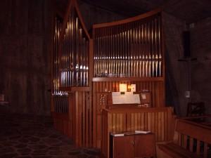 L'orgue. Photo prise un dimanche juste avant le culte. Recueils de chants, partitions,  tout est à portée de la main.